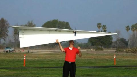 来看看世界上最大的纸飞机